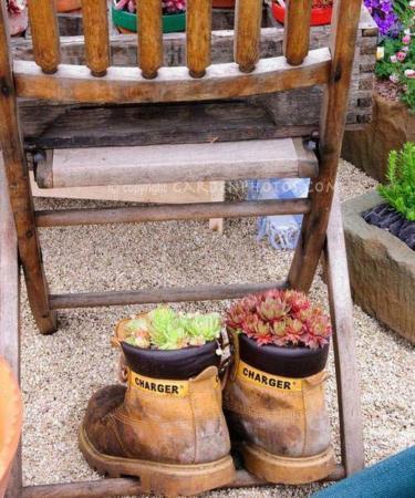 image ابتکار جالب ساخت گلدان های زیبا با کفش های قدیمی