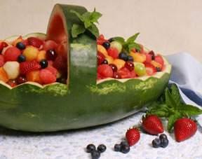 image مدل هندوانه به شکل سبد میوه تزیین شده برای شب یلدا
