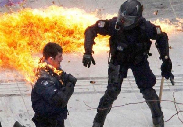 image در آتش سوختن پلیس ضد شورش یونان