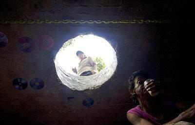 image عکس های زندگی یک زوج فقیر در چاه فاضلاب