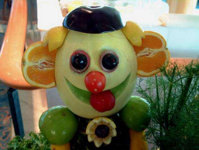 image تزیین میوه مهمانی بچه ها به شکل عروسک بامزه