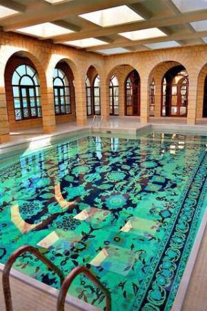 image عکس یک استخر بسیار زیبا با نقش و نگار فرش ایرانی