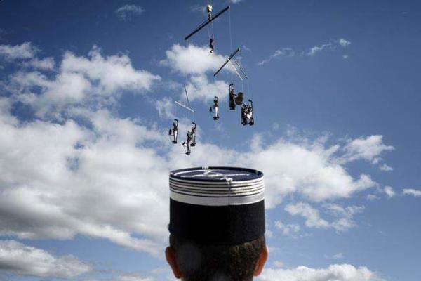 image اجرای یک نمایش آکروباتیک خیابانی در فرانسه