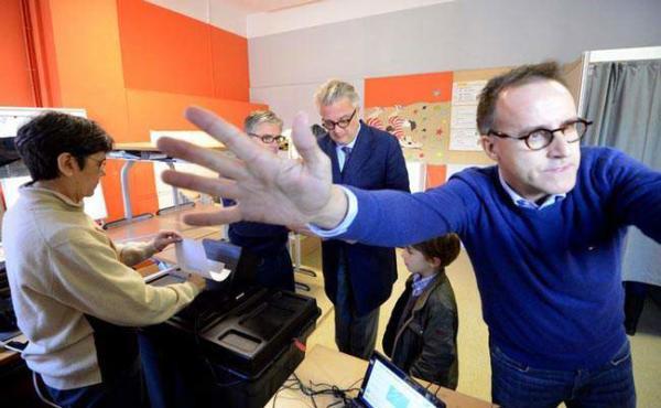 image پرنس لورنت ولیعهد بلژیک در حال رای دادن در انتخابات محلی