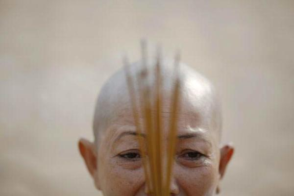 image, یکی از شرکت کنندگان در مراسم گرامیداشت پادشاه سابق کامبوج