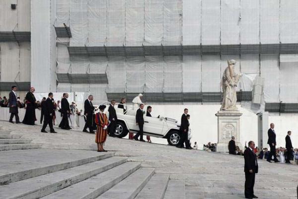 image حضور پاپ در میدان سنت پیتر واتیکان
