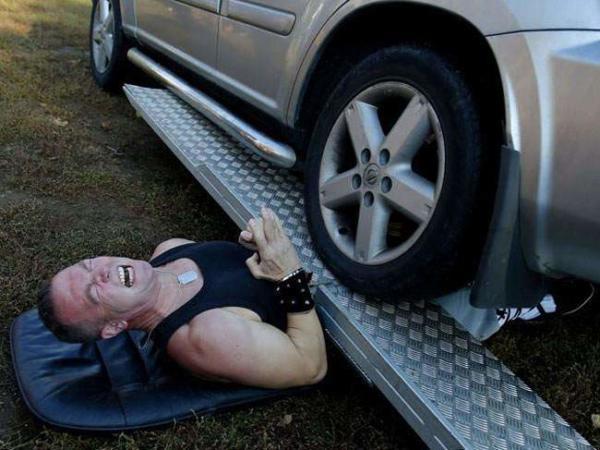 image عبور یک خودرو از روی یک قهرمان مجارستانی برای ثبت در رکورد گینس