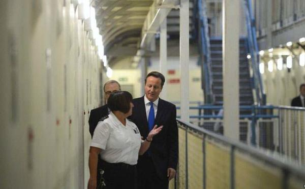 image بازدید دیوید کامرون نخست وزیر بریتانیا از زندانی در انگلیس