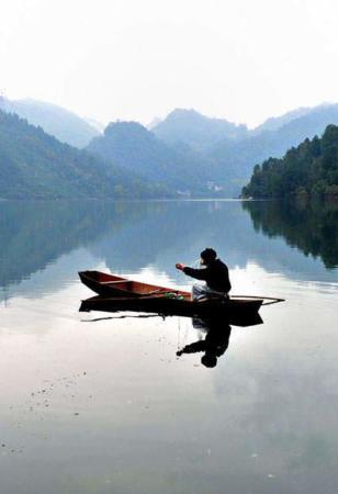 image ماهیگیری در دریاچه شوانگ لونگ در مرکز چین
