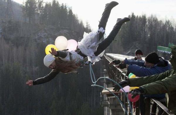 image پرش یک زن از ارتفاع ۴۴ متری یک پل