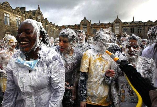 image جشن دانشجویان دانشگاه سنت اندروز اسکاتلند برای جمع آوری اعانه