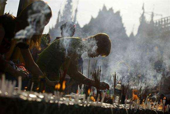 image روشن کردن شمع در فستیوال پاگودا در یانگون برمه