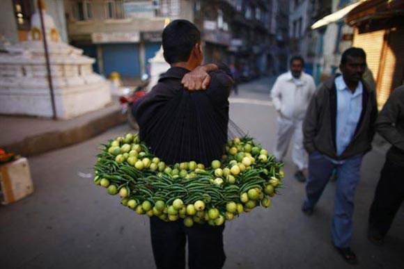 image دستفروش نپالی در شهر کاتماندو مشغول فروش لیموترش و فلفل