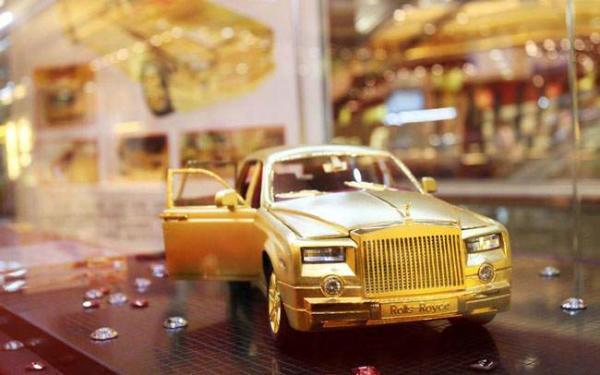 image یک رولز رویس که از ۴ کیلو و ۸۱۵ گرم طلای ناب ساخته شده در چین