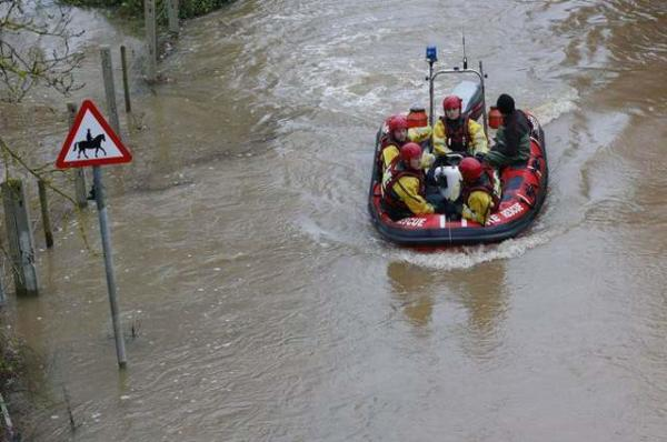 image امدادگران در حال امدادرسانی در سیل غرب انگلیس