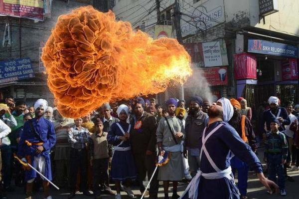 image, نمایش خیابانی در آرمیستار هند