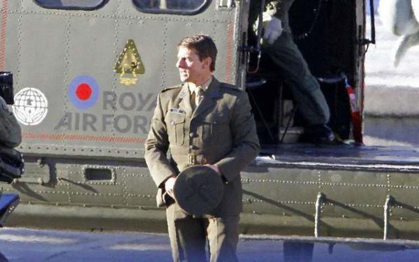 image فرود تام کروز با هلی کوپتر به میدان ترافالگار لندن برای بازی فیلم