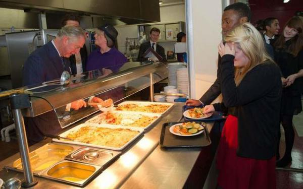 image, پرنس چارلز ولیعهد بریتانیا در حال سرو غذا در کالجی در انگلیس