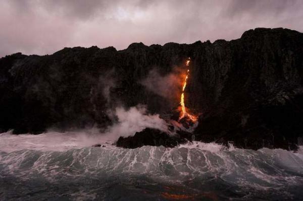 image سرازیر شدن گدازه آتشفشان داخل اقیانوس پارک ملی آتشفشان کالاپانا هاوایی
