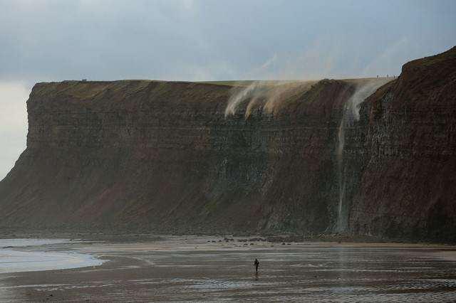 image پیاده روی یک نفر در سواحل سالتبرن انگلستان