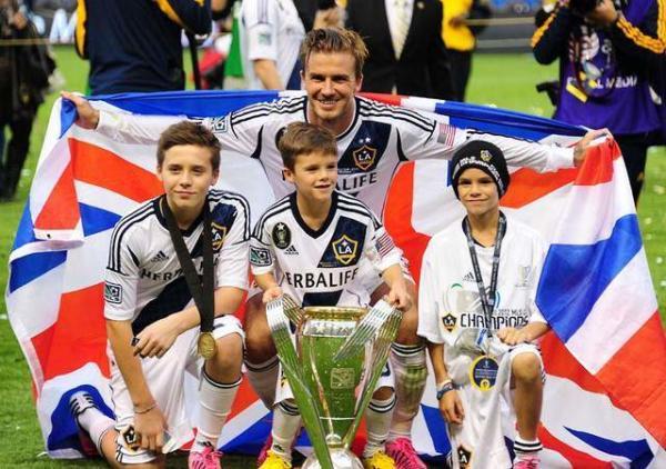 image عکس یادگاری دیوید بکهام با پسرانش در زمین فوتبال