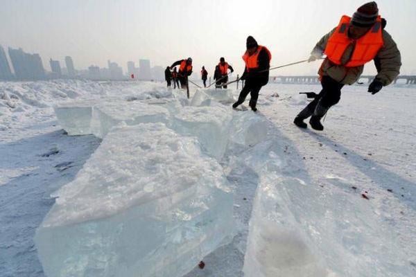 image جابجا کردن توده های یخی از روی دریاچه یخ زده چین