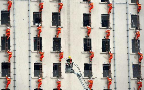 image آتش نشانان چینی در حال تمرین اطفاء حریق
