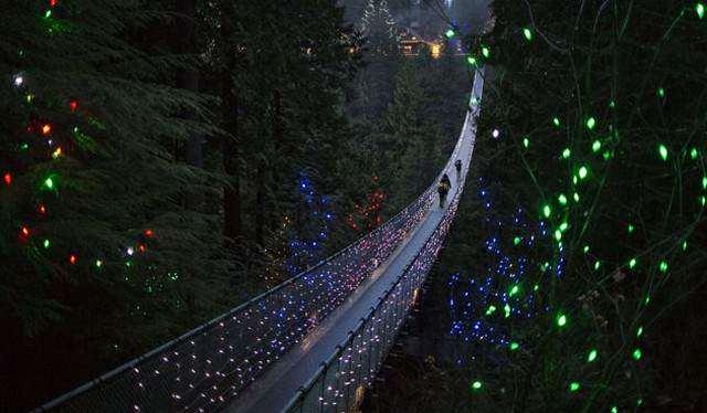 image پل تزیین شده به مناسبت کریسمس در ونکوور کانادا