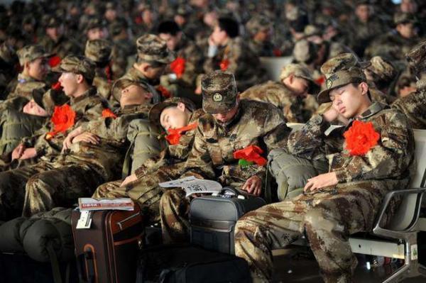 image سربازان ارتش چین در حال استراحت در ایستگاه راه آهن
