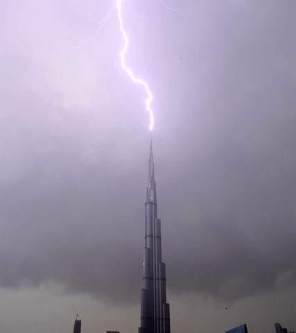 image رعد و برق بر فراز برج خلیفه دبی