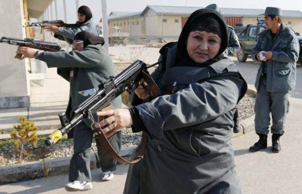 image زنان پلیس افغان مشغول انجام مانور در مزار شریف