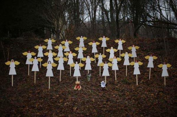 image ۲۷ فرشته کوچک چوبی در گرامی داشت یاد کودکان حادثه تیراندازی کانکتیکت امریکا