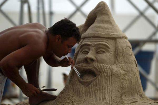 image درست کردن مجسمه های شنی در ساحل برزیل