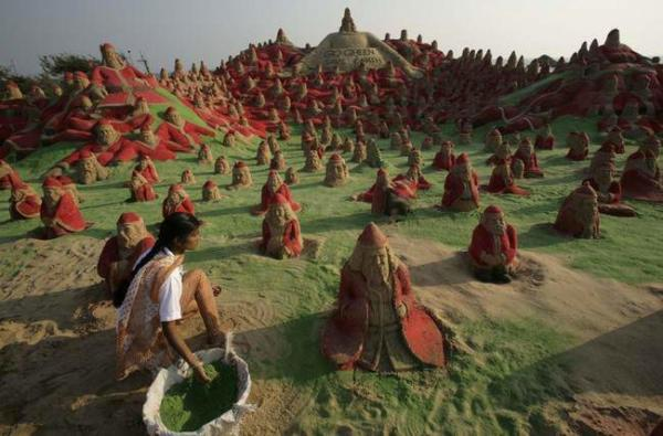 image ساخت ۵۰۰ مجسمه شنی بابانوئل در ساحل هند