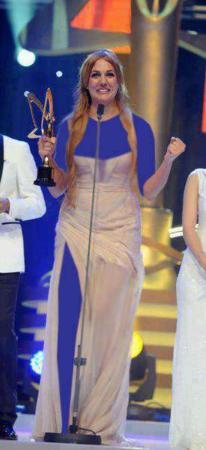 image خرم سلطان در حال گرفتن جایزه بهترین بازیگر