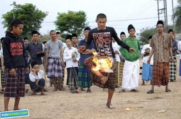 image گزارش تصویری از بازی فوتبال با یک توپ آتشین