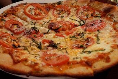 image طرز پخت کامل پیتزا مارگارتا گوجه فرنگی در خانه
