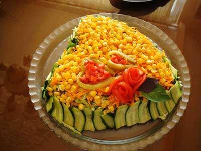 image, تزیین سالاد کاهو با ذرت به شکل قلب مناسب برای مهمانی ها