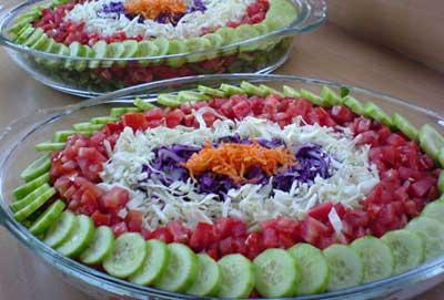 image, تصویری جدید و ساده تزیین سالاد دایره ای شکل با خیار گوجه و کلم