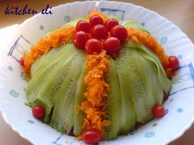 image تصویری تزیین سالاد به شکل تپه با گوجه فرنگی ریز و هویج