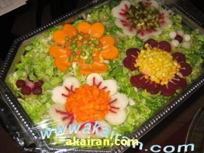 image تزیین سالاد کاهو به شکل گل با هویج و ذرت