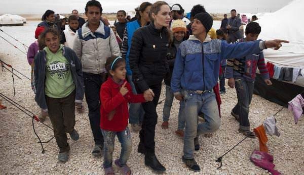 image سفیر صلح سازمان ملل آنجلینا جولی در کنار کودکان پناهنده سوری