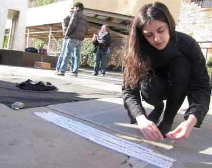 image تصاویر اعتراض دختر ایرانی به تحریم ها مقابل سازمان ملل