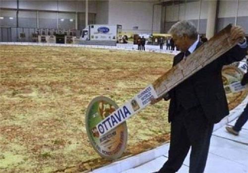 image تصویری جالب از بزرگترین پیتزای جهان در گینس