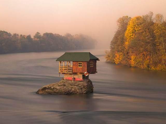 image خانه ای در وسط رود درینا در صربستان