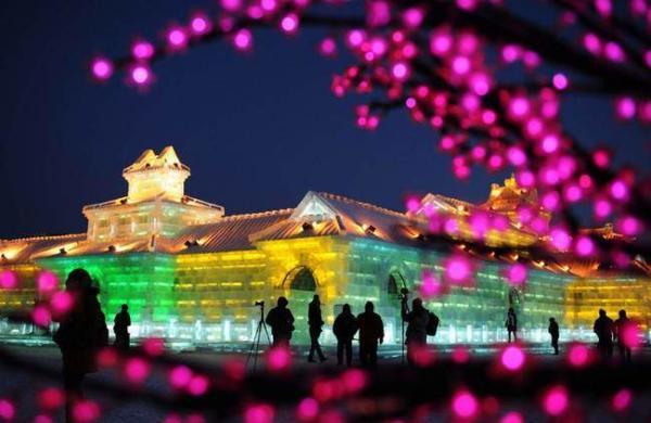 image سازه های عظیم یخی در فستیوال برف و یخ در هاربین چین