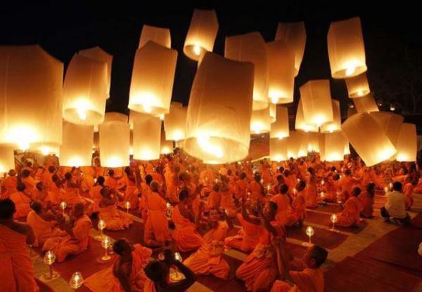 image راهبان بودایی تایلند در حال فرستادن بالن های کاغذی به هوا