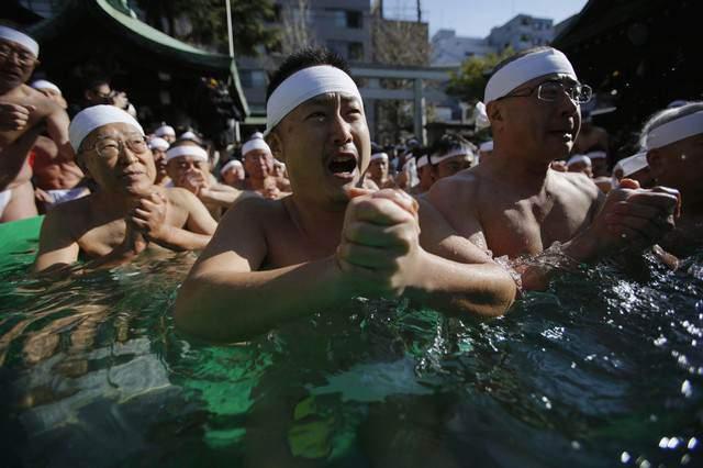 image دعای مردان ژاپنی در آب سرد حوضچه معبدی در توکیو