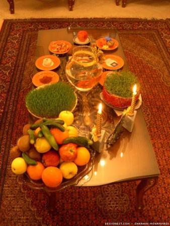 image یک مدل ساده هفت سین بر روی میز کوچک