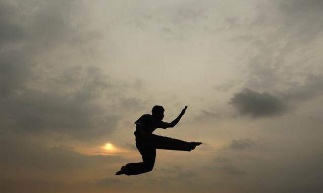 image جوان سریلانکایی در حال تمرین کاراته در کلمبو
